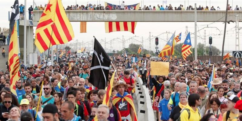 Протести в Каталонії: тисячі людей йдуть до Барселони, блокуючи дороги