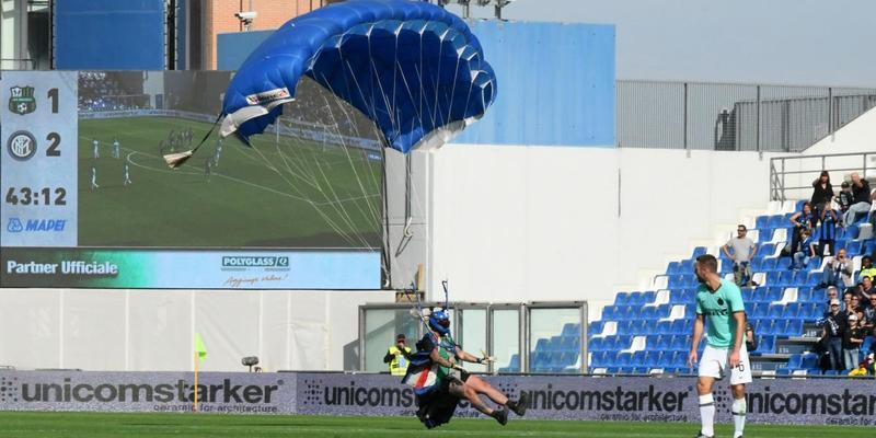 В Італії парашутист приземлився на футбольне поле під час матчу