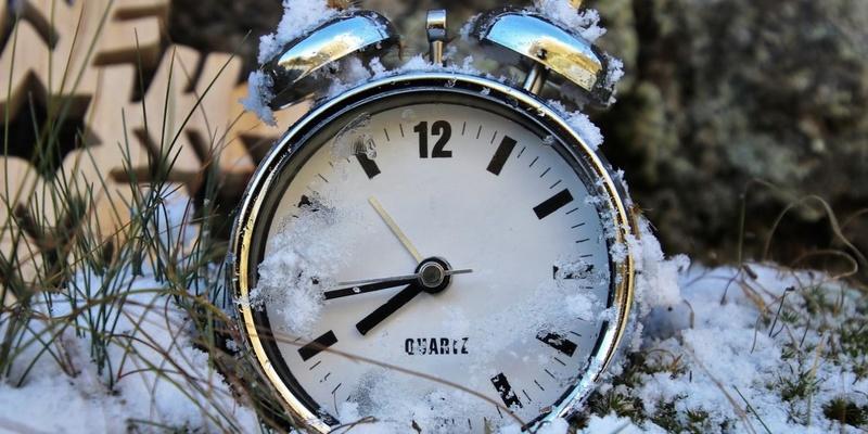 Українці переходять на зимовий час-2019: коли переводити стрілки годинника