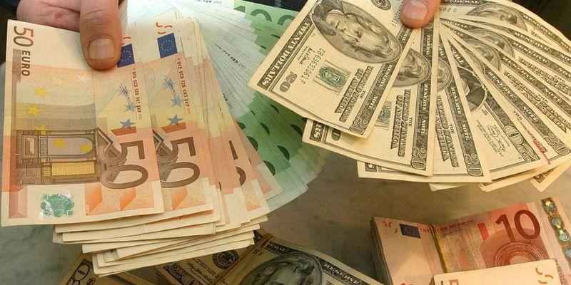 Долар в Україні дешевшає другий день поспіль