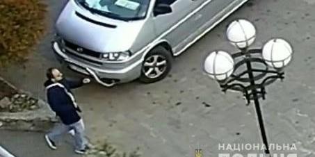 В Обухові Київської області поліцейські розшукують чоловіка, який намагався розбестити дитину