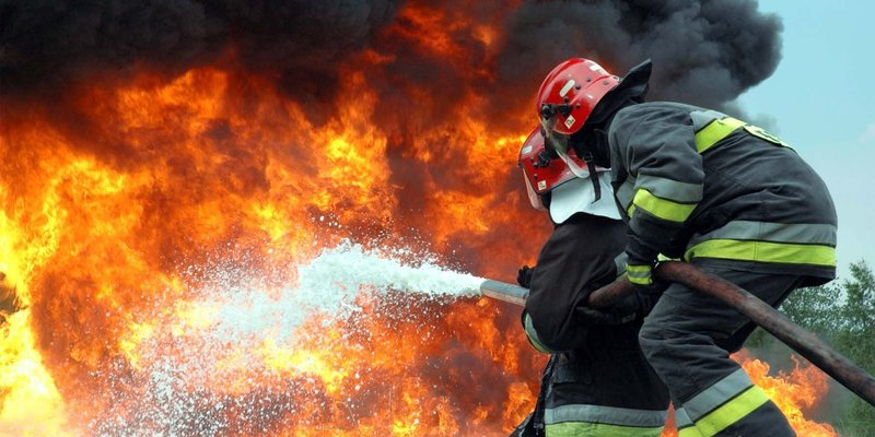 У Києві сталася масштабна пожежа в житловому будинку (фото, відео)
