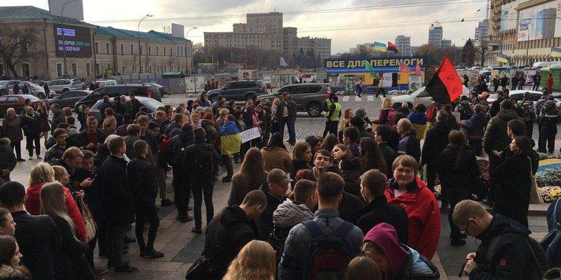 Перед приїздом Зеленського в Харкові влаштували протест проти розведення сил