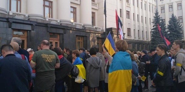 Українці «штурмують» Офіс Президента Зеленського