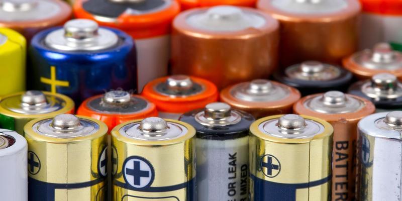 Зростання цін на електроніку і штрафи для українців: чого чекати від нових законопроектів про батарейки