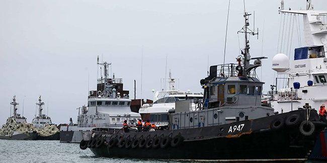 Захоплені українські кораблі пройшли під Кримським мостом