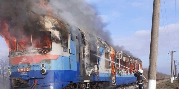 На Миколаївщині на ходу згоріли два вагони пасажирського потягу