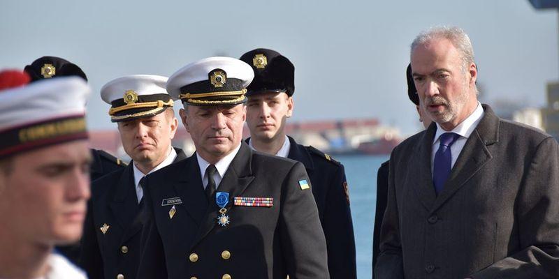 Макрон нагородив командувача ВМС України національним орденом Франції
