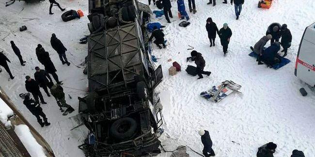 У Росії внаслідок падіння пасажирського автобуса у річку загинуло щонайменше 15 людей
