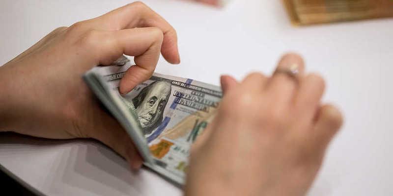 Курс долара в Україні продовжує рекордно знижуватися