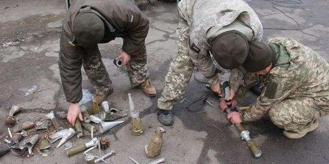 На Приазов'ї військові зібрали новорічну ялинку з боєприпасів, які прилетіли від бойовиків (фото)