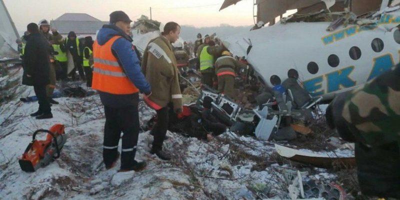 Літак зі 100 людьми на борту розбився в Казахстані
