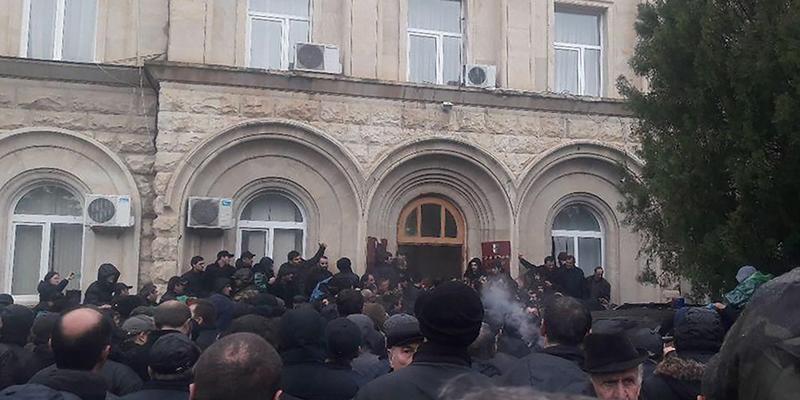 В Абхазії опозиціонери штурмували «адміністрацію президента»