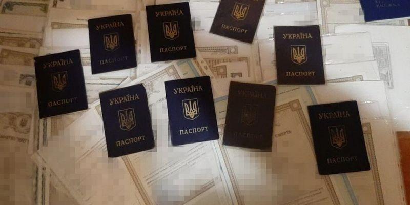Під час затримання у злочинців знайшли 150 документів жителів окупованих території