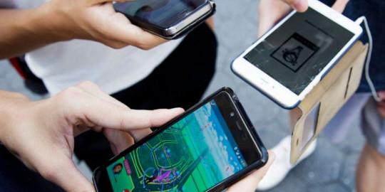 Українським школярам хочуть заборонити користуватися на уроках смартфонами