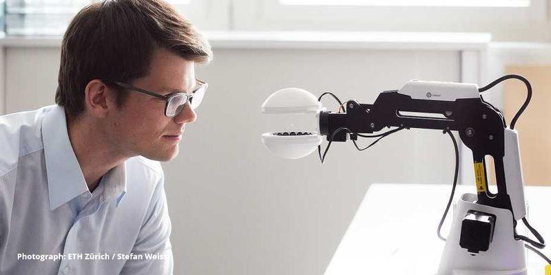 Вчені створили робота, який тримає у повітрі предмети, не торкаючись до них