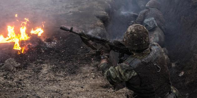 У зоні бойових дій на Донбасі двоє військових поранені — штаб
