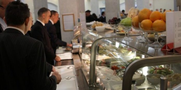 Котлети за 40 грн: депутат показав меню їдальні та ресторану Верховної Ради (відео)