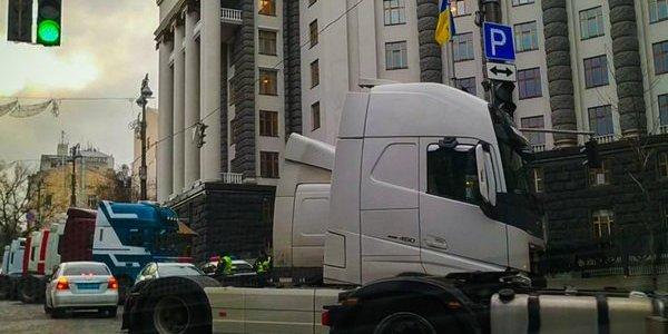 Під Кабміном і на під'їздах до Києва зібралися десятки фур: що трапилося