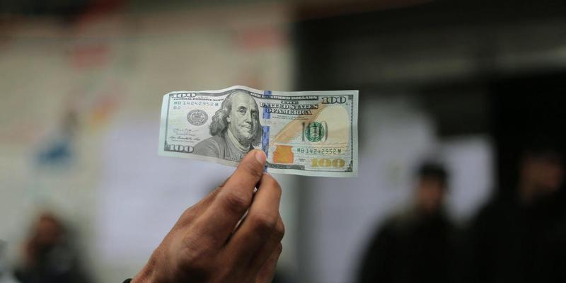 Через падіння долара бюджет України втратив 2 мільярди гривень: причина