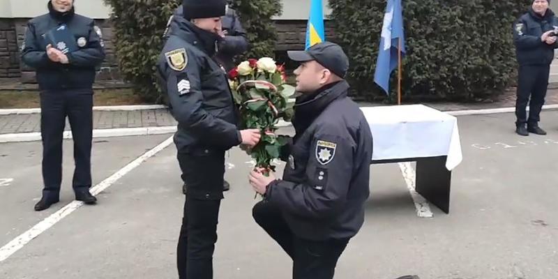 Поліцейський оригінально освідчився колезі у Львові: зворушливе відео