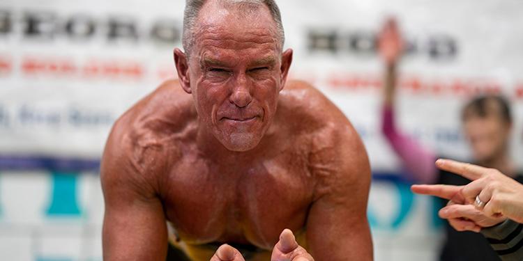 62-річний американець простояв у планці понад 8 годин: це світовий рекорд