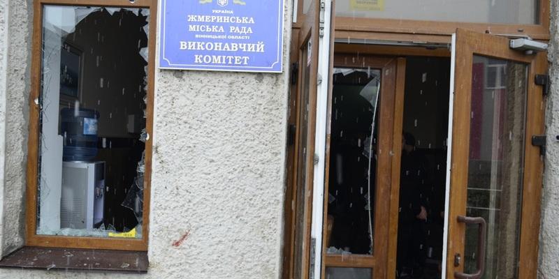 Вибиті вікна, газ, кров: у Жмеринці намагаються зірвати сесію міської ради