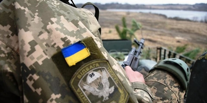 На Донбасі український військовий зазнав важких поранень — Міноборони