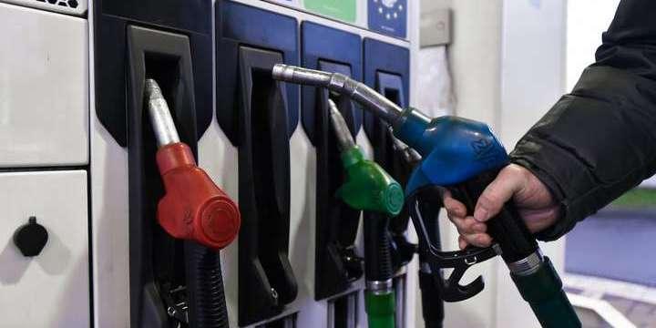 Ціни на пальне в Україні почали знижуватися вслід за падінням цін на нафту, але несуттєво