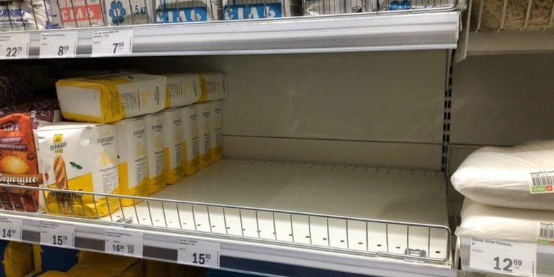 Українці почали готуватися до карантину і змітати продукти в магазинах. Фото та відео