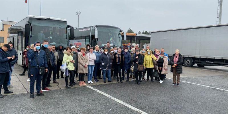 Сотня українців, які поверталися додому, застрягли на кордоні між Італією та Словенією