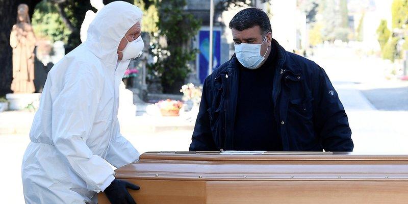 Пандемія в Італії: Крематорії не справляються з кількістю загиблих, тіла вивозять на військових вантажівках — відео