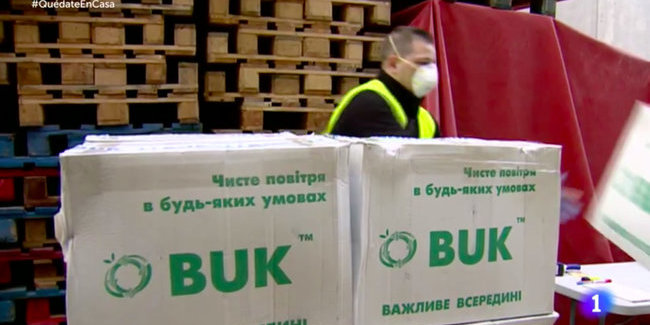 Іспанський телеканал показав розвантаження респіраторів з України (фото)