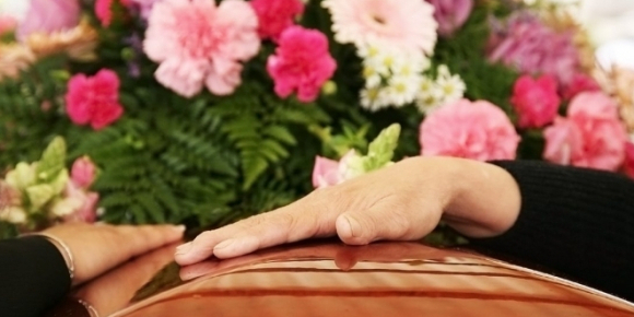 У період пандемії на похоронах радять уникати ритуальних обрядів, зокрема поцілунків