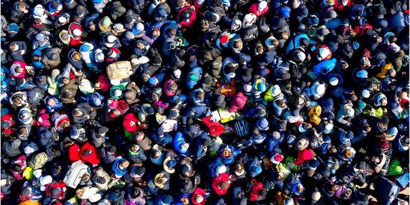 На польському кордоні утворилися довжелезні черги з українців, охочих повернутись додому (фото, відео)