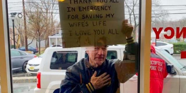 Чоловік зворушливо подякував медикам, які врятували його дружину від коронавірусу: фото