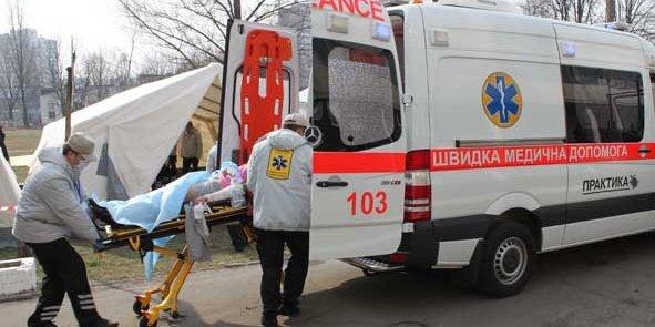 Медичні працівники швидкої допомоги звертаються по допомогу