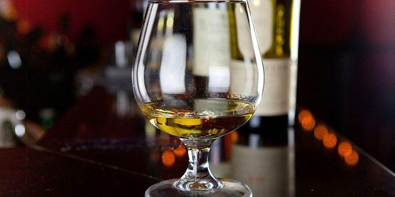 Німецький вірусолог запропонував профілактувати коронавірус міцним алкоголем