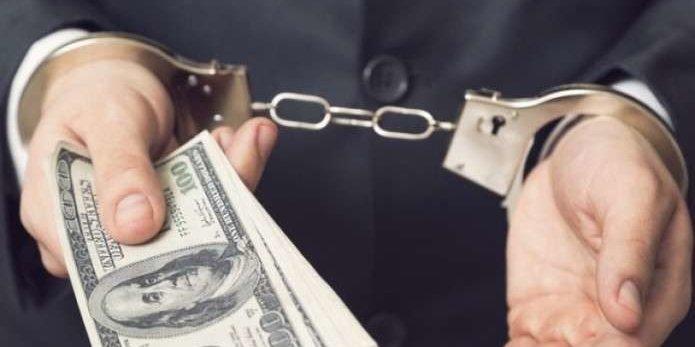 Посадовця фіскальної служби спіймали на хабарі в 50 тисяч доларів США