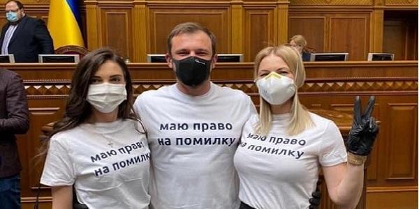 Мережа вибухнула мемами та фотожабами на флешмоб слуг в Раді у футболках «маю право на помилку»
