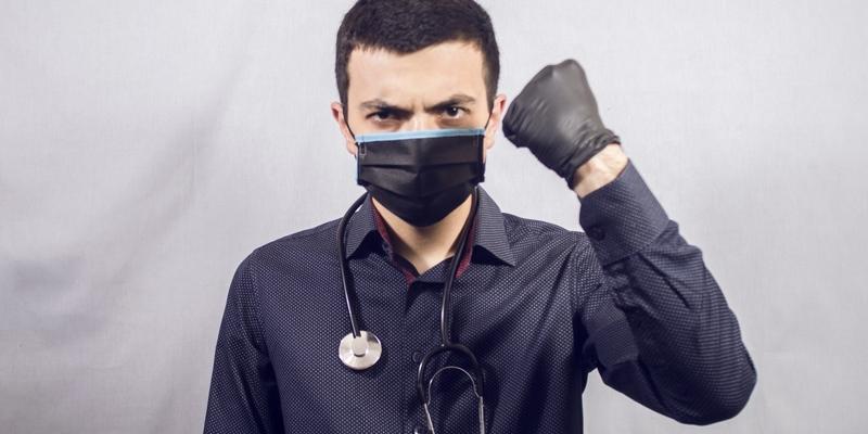 Медик закликав випустити молодь на вулиці й дати заразитися коронавірусом