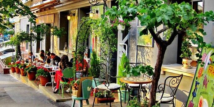 Нардепи звернулися до прем'єра дозволити роботу літніх майданчиків у кафе