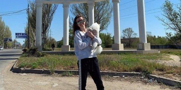 Українка з собакою, яку у лютому не евакуювали з Уханю, добралась додому