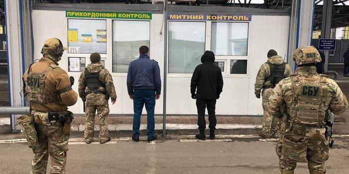 У Сумській області митники за хабарі пропускали людей через кордон