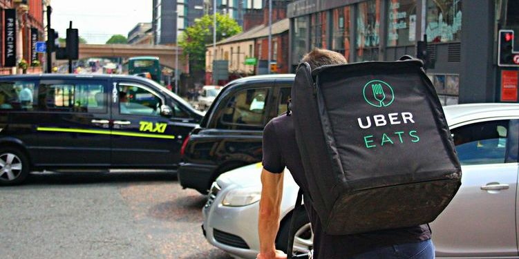 Сервіс доставки їжі Uber Eats припиняє роботу в Україні