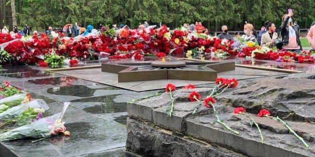 9 травня в Харкові: червоні прапори, «Безсмертний полк» і «Катюша» – відео, фото