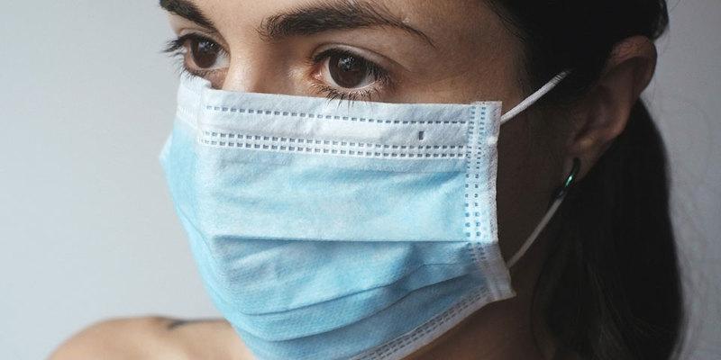 Носіння маски для обличчя може допомогти коронавірусупроникнути у мозок