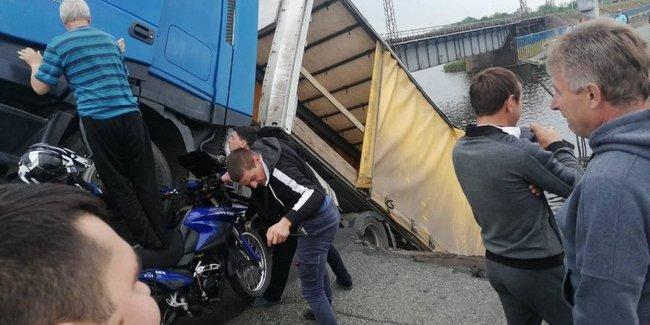 Міст разом з фурою, яка проїжджала по ньому, впав на Дніпропетровщині