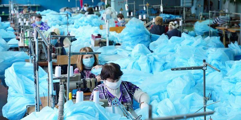 Закуплені за завищеною ціною костюми для медиків вже поставляють у лікарні — Степанов