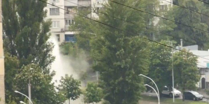 У Києві на дорозі утворився гейзер – відео фонтану у середмісті